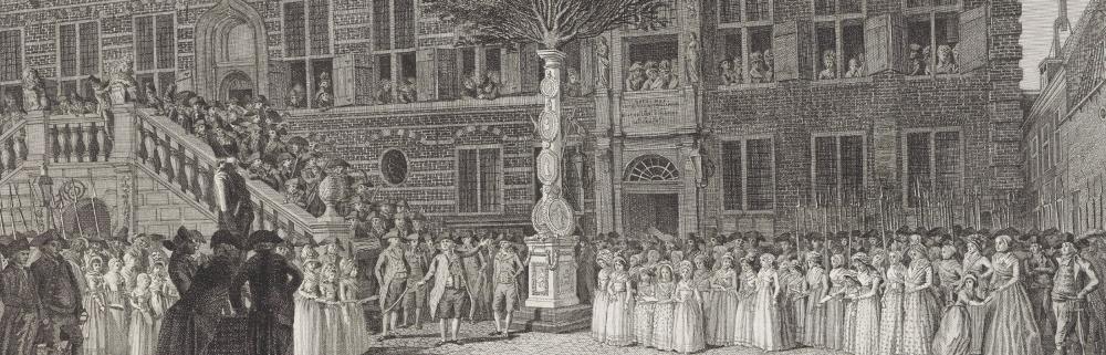 Feestelijke inwijding van de vrijheidsboom opgericht voor het stadhuis te Alkmaar